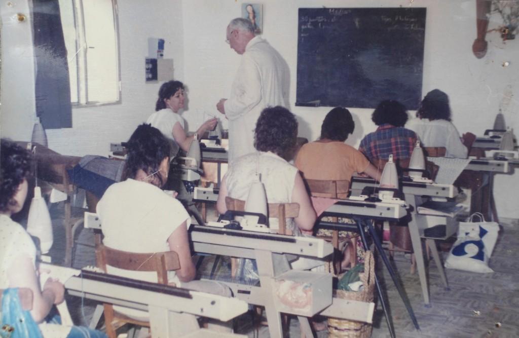 Monseñor Gottau visitando el taller de tejido de Monte Quemado